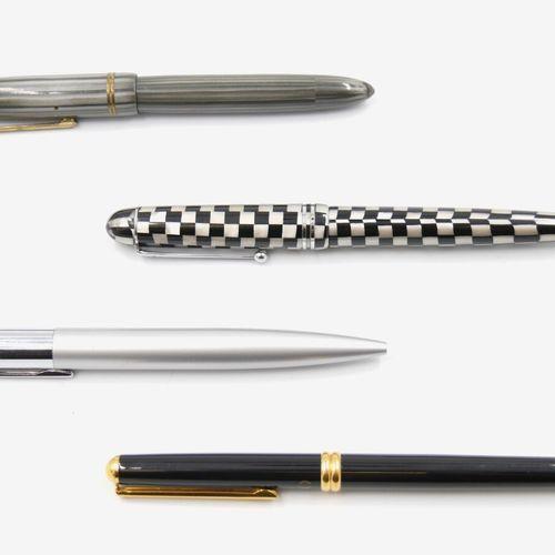 Ensemble de quatre stylos classiques comprenant :  Deux stylos plumes et deux st…