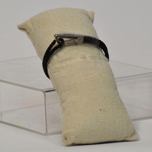 MONTBLANC  Bracelet en cuir tressé noir, bijouterie palladium. Diamètre : 8 cm  …