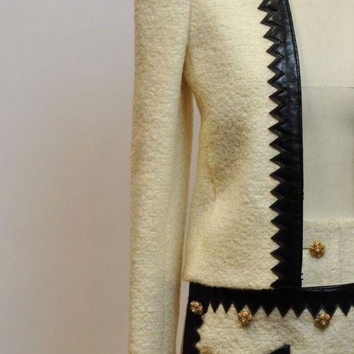 CHANEL Made in France  Tailleur en tweed beige et cuir noir. Taille 38    Le ret…