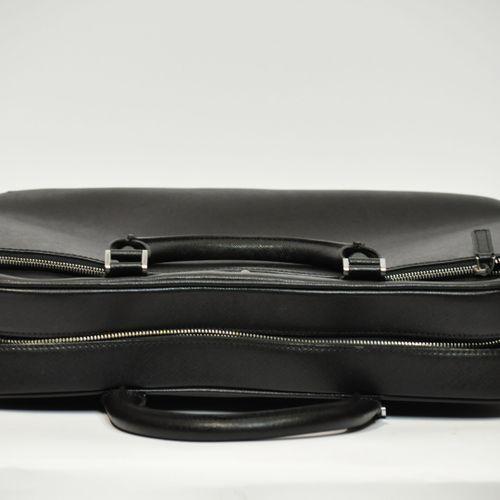 MONTBLANC  Besace en cuir grainé noir, bandoulière, poches intérieures et extéri…