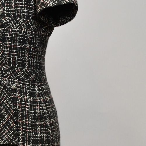 CHANEL Made in France  Robe en tweed noir, rouge et blanc. Taille 44    Le retra…