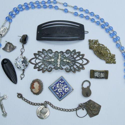 Lot de bijoux fantaisie comprenant :  1 Chapelet, 2 Barettes, 2 Broches, 1 Boucl…