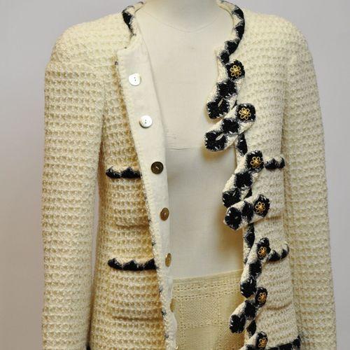 CHANEL Made in France  Veste en tweed de couleur écrue à quatre poches plaquée, …