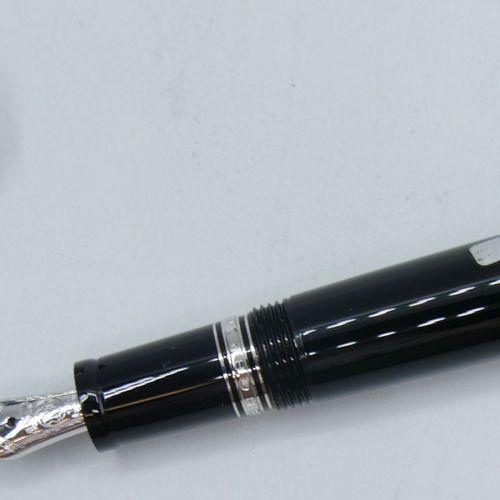 MONTBLANC :  Stylo plume en resine precieuse noire modele Bohème à plume rentran…