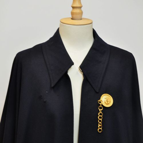 Grande cape d'homme en coton bleu marine, l'attache en métal doré ronde symbolis…