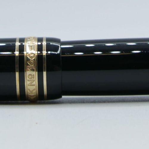 MONTBLANC :  Marqueur en resine precieuse noire, attributs dorés avec sa recharg…