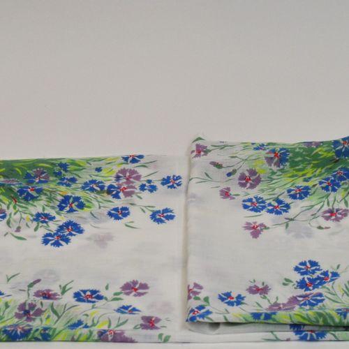 Paule MARROT (1902 1987)  Grande nappe et 8 serviettes en coton à décor de bouqu…