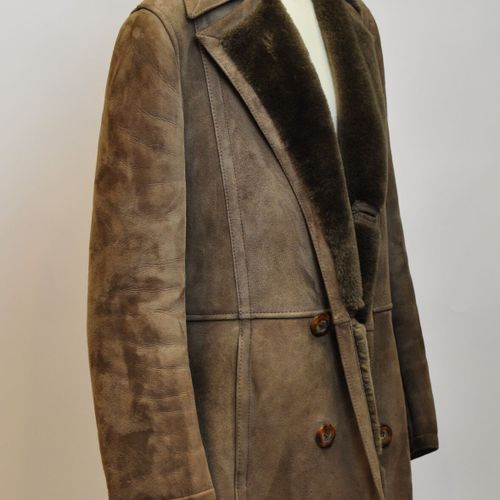 Manteau en mouton retourné marron, intérieur fourré, fermeture boutons. Taille 4…