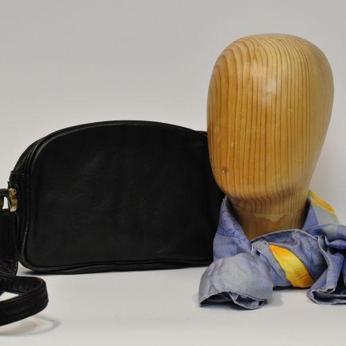 LOEWE  Sac besace en cuir noir ouvrant à un zip, intérieur en daim beige renferm…