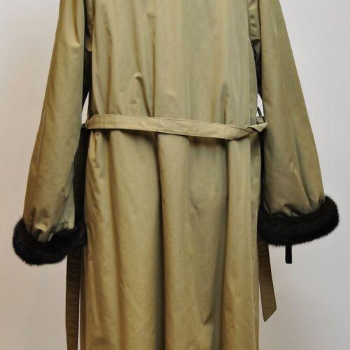 Pelisse beige avec col, manches et doublure en vison marron. Non griffé. Taille …