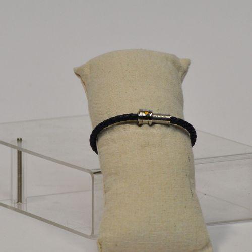 MONTBLANC  Bracelet en cuir tressé bleu, bijouterie palladium. Diamètre : 8 cm  …