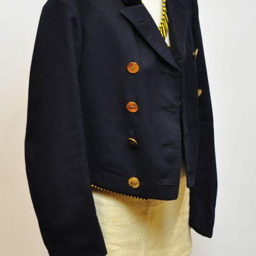 Veste queue de pie bleu marine, le col en velour, liseret jaune et bleu marine, …