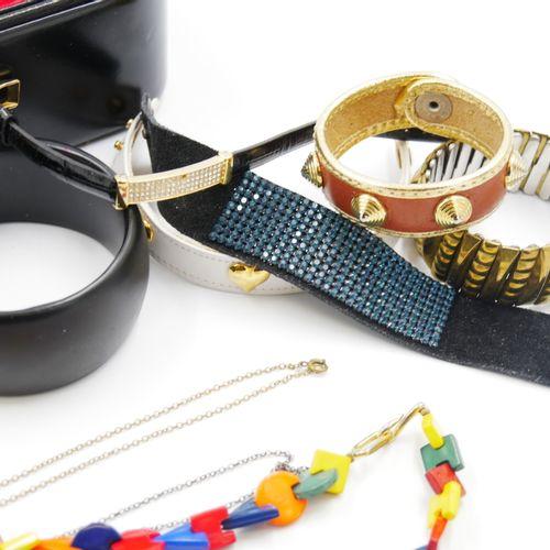 Ensemble de bijoux fantaisie comprenant :   13 bracelets ronds rigides en résine…
