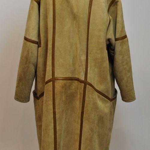 Manteau en peau de mouton retournée, et cuir fauve. Taille 42  (Usures et petite…