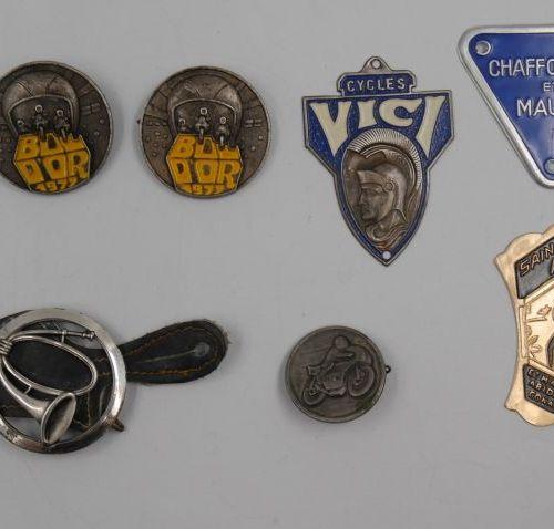 Publicités & Sports. 5 petites Plaques métal & Alliage, 2 Médailles et 4 Epingle…
