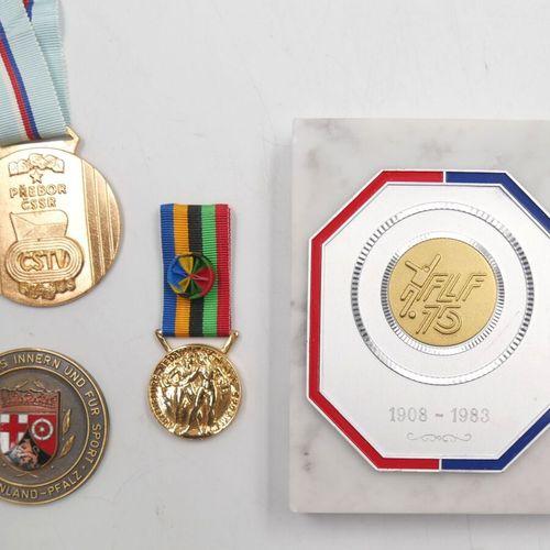 ETRANGERS. Ensemble de 4 Médailles et Plaque. Divers métal.   Fédération Luxembo…