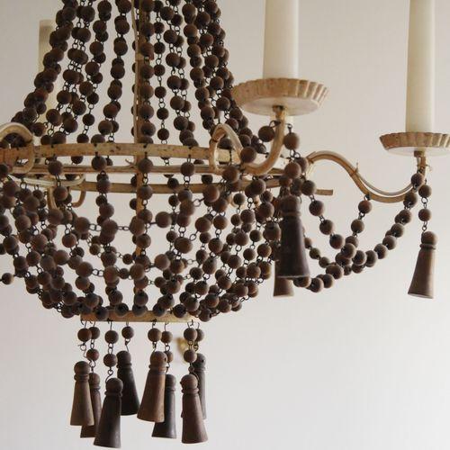 Lustre corbeille à six bras de lumières en tôle laquée blanc orné de perles et p…