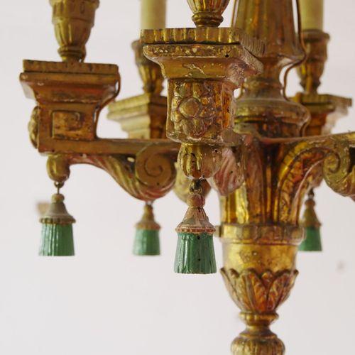 Petit lustre à six bras de lumière en bois sculpté et redoré. Chaque bras souten…
