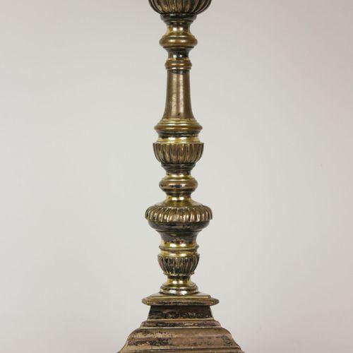 Pique cierge en bronze argenté composé d'un fût annelé partiellement orné de god…