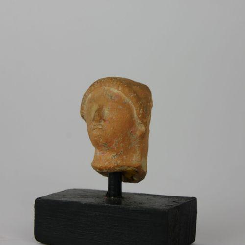 Tête de Koré en terre cuite. VIème siècle av J C.  Travail provenant probablemen…