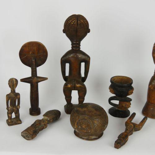 Lot d'objets d'arts africain en bois, souvenirs de voyage, comprenant des figure…