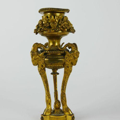 Petit flambeau en bronze doré en forme d'Athénienne à décor de fleurs et têtes d…