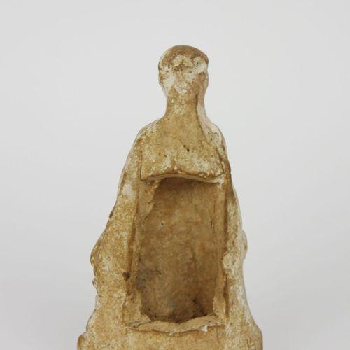 Sculpture en terre cuite représentant un enfant sur un rocher. Grande Grèce, Pér…