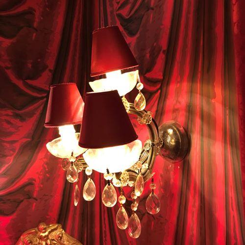 Maison LEINIS  Paire d'appliques à trois bras de lumière en métal gainé de verre…