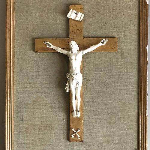 Christ en croix en ivoire sculpté sur sa croix en bois doré. XIXe  32 x 26 cm ( …