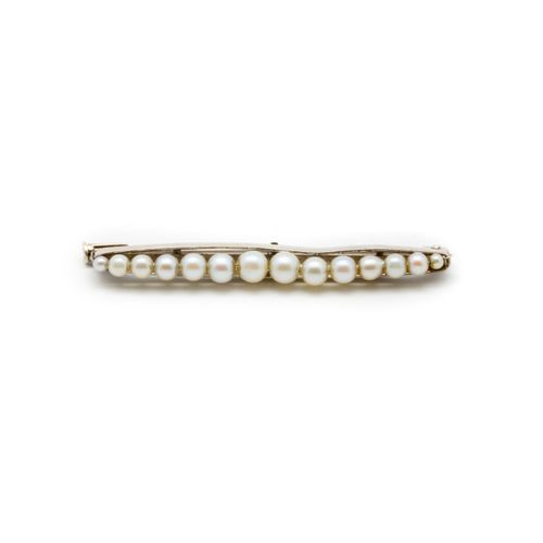 Platinum brooch with falling cultured pearls  Gross weight: 3.41 g.