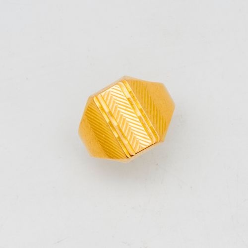 Yellow gold signet ring with a geometric pattern  Weight: 5.6 g.