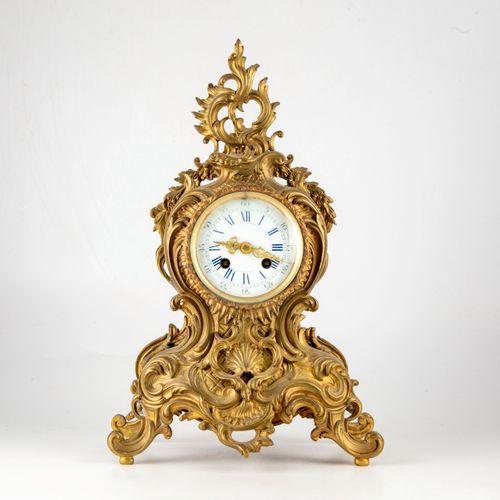 Pendule en bronze doré de style rocaille  XIXe  H. : 41 cm  (Accident au verre a…