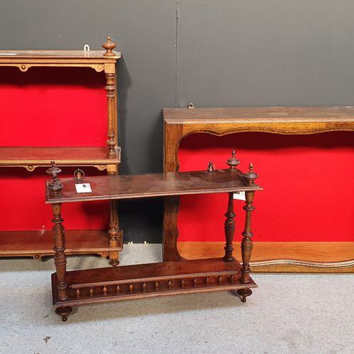 Ensemble de trois étagères d'applique en bois naturel.  H. : 48 cm ; L. : 75 cm …