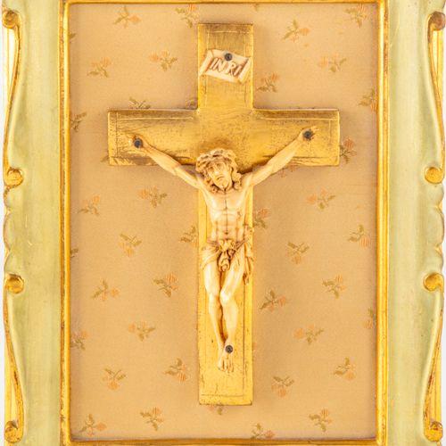 Petit Christ en ivoire sur une croix en bois doré dans un cadre en bois peint  E…