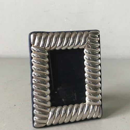 Petit cadre photo à encadrement en métal argenté godronné. Dos en velours  9 x 8…