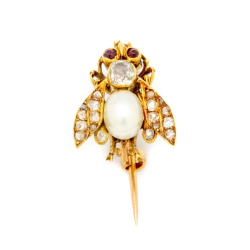Brooch forming a bee in yellow gold, the body and wings in pearl and diamonds. C…