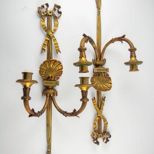 Paire d'appliques à deux bras de lumière en bronze doré ciselé de feuilles et co…