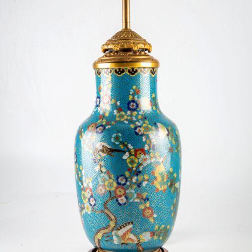 Vase en cloisonné monté en lampe et son abat jour  H. : 46 cm (sans l'abat jour)…