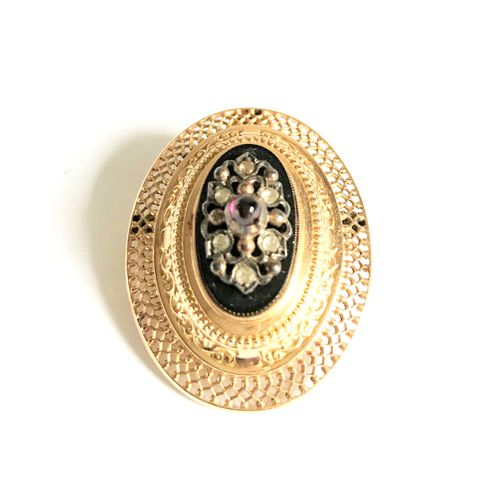 Medallion or brooch set in openwork yellow gold centered with a black stone rose…