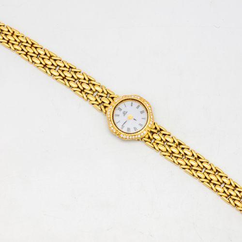 Montre de dame en or jaune entouré de diamants  Poids brut : 36,4 g.