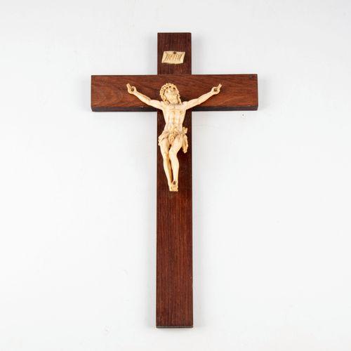 Crucifix en bois, Christ en os.  H. : 35 cm