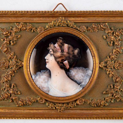 Portrait de femme en habit de gala  Porcelaine  Cadre en laiton  Vers 1900  D. :…