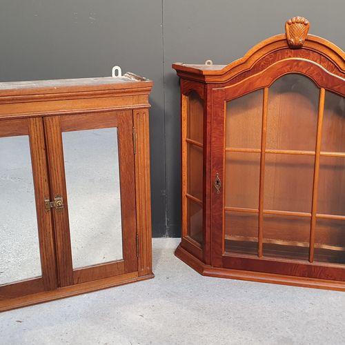 Petit meuble d'applique en bois naturel ouvrant à deux vantaux à miroir en façad…