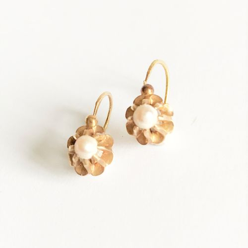 Pair of yellow gold flower shaped BO sleepers centered with a pearl.  Gross weig…