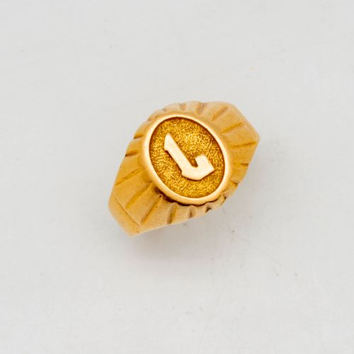 "Yellow gold signet ring with the letter ""L"".  Weight: 4.3 g."