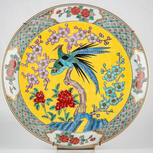 CHINE CHINA  A large round enamelled porcelain dish with birds  D.: 39.5 cm
