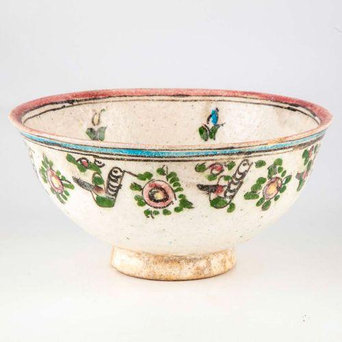 Coupe en faïence émaillée à décor de fleurs dans le goût Perse  H. : 11 cm ; D. …