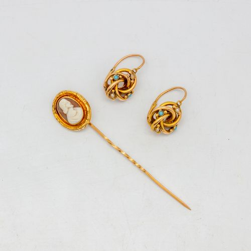 Lot including a pair of earrings with small pearls and turquoise, a gold tie pin…