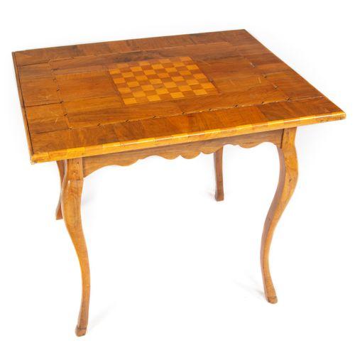 Table à jeu en marqueterie ornée d'un échiquier, reposant sur 4 pieds cambrés te…