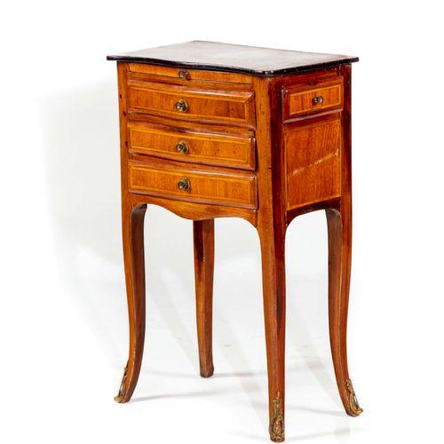 Petite table à écrire en bois de placage toute face, ouvrant par trois tiroirs e…